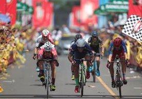 Dorian Monterroso cruza en primer lugar la meta en Reu. (Foto Prensa Libre: Norvin Mendoza)