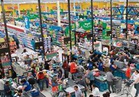 Cientos de personas realizan compras navideñas.