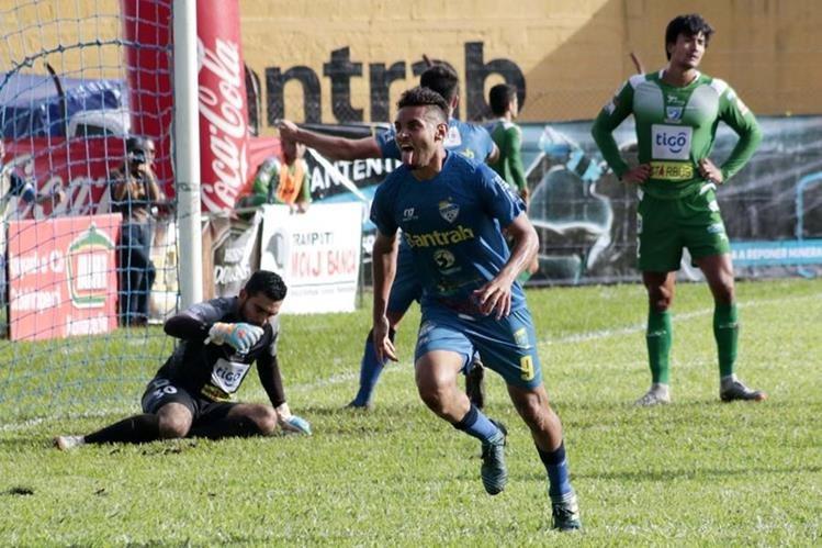 Danilo Guerra marcó el gol que desató el delirio cobanero. (Foto Prensa Libre: Eduardo Sam Chun)