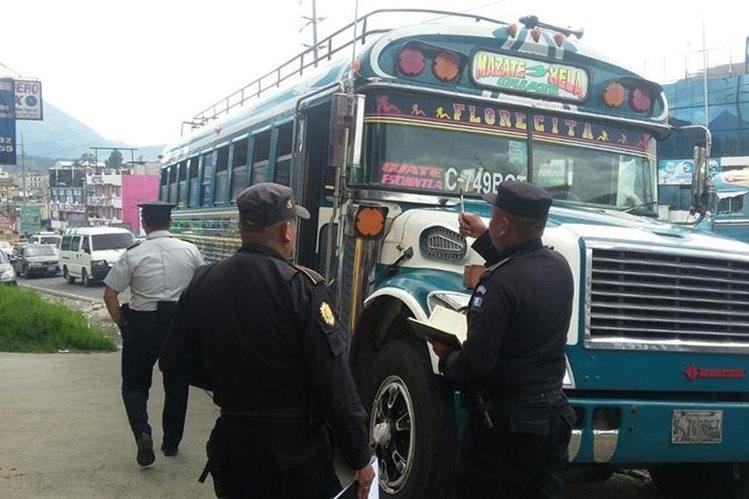 Carlos Humberto López, de 44 años, piloto de un bus extraurbano resultó herido de bala en la zona 7 de Quetzaltenago. El automotor que conducía resulto con daños. (Foto Prensa Libre: Carlos Ventura)