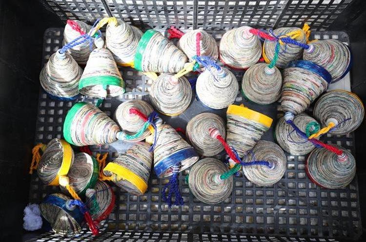 Artesanías de papel periódico, elaboradas por integrantes de Adisa, en Santiago Atitlán, Sololá.