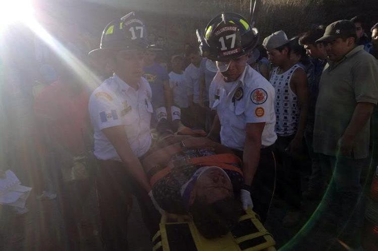Socorristas trasladan a uno de los heridos al centro asistencial. (Foto Prensa Libre: Mike Castillo)