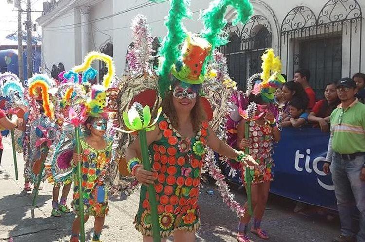 Algunos de los trajes que se utilizaron se realizaron con material reciclable. El desfile acaparó la atención de los mazatecos.