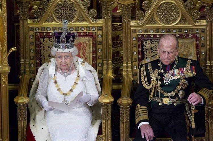 Imagen de archivo que muestra a la reina Isabel II y al príncipe Felipe de Edimburgo durante una actividad pública. (EFE)