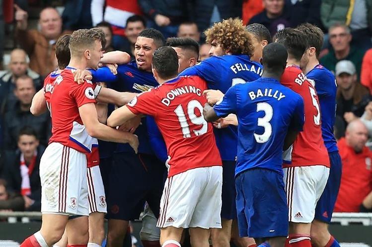 Los jugadores del Middlesbrough y el Mánchester United se enfrentaron al final del partido entre ambos equipos. (Foto Prensa LIbre: AFP).