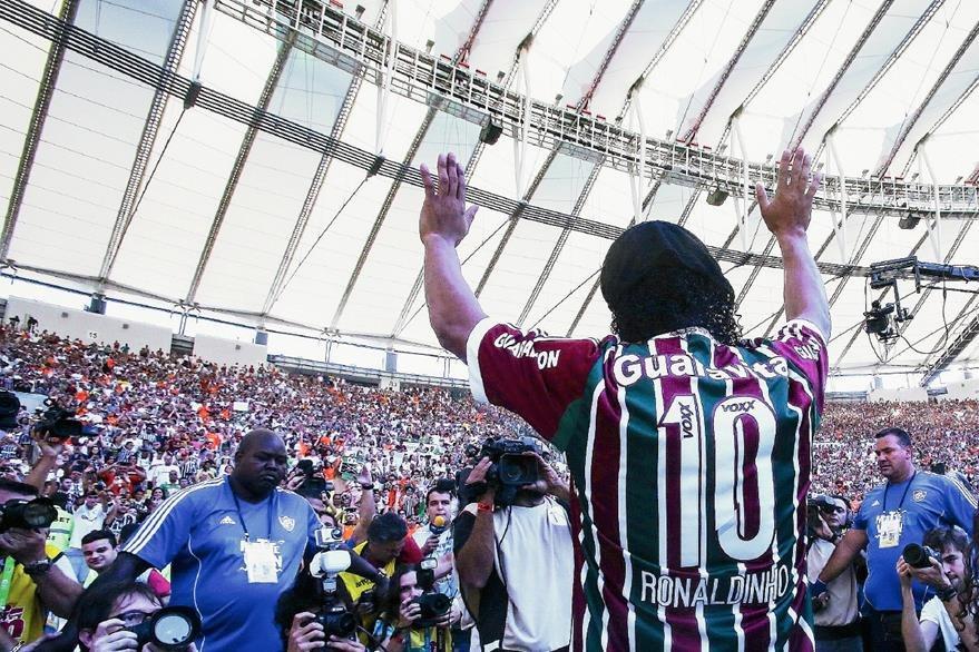 Ronaldinho Gaúcho el día de su presentación ante los aficionados de Fluminense en el estádio de Maracaná. (Foto Prensa Libre: Hemeroteca)