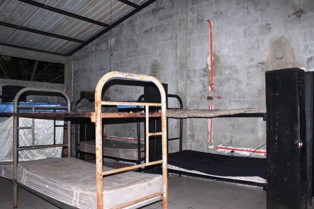 El dormitorio  de los agentes de la Comisaría  62, en Petén, es muestra de la crisis. (Foto Prensa Libre: Rigoberto Escobar)