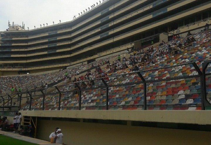 El partido benéfico tuvo muy pocos asistentes, aproximadamente mil. (Foto Prensa Libre: Luccina A./Twitter)