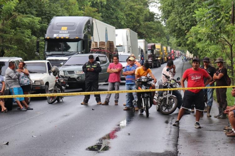 Larga fila de vehículos en el kilómetro 237 ruta al atlántico, en Morales, debido a accidente. (Foto Prensa Libre: Dony Stewart).