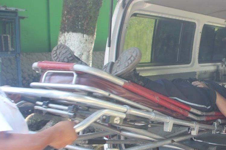 Socorristas trasladan a un hospital a José Efraín Pérez, quien fue atacado a balazos en Santa Lucía Cotzumalguapa, Escuintla. (Foto Prensa Libre: Melvin Sandoval)
