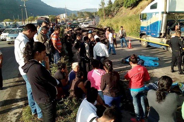 Los Bomberos Voluntarios cubrieron la emergencia en el kilómetro 33 de la ruta al Pacífico. (Foto Prensa Libre:  )
