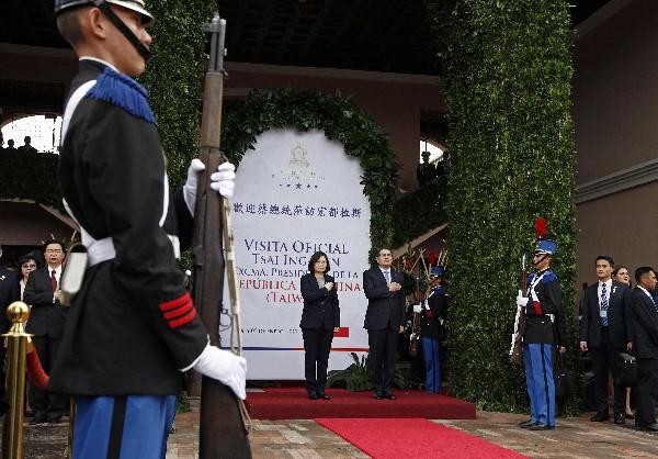 Juan Orlando Hernández y Tsai Ing-wen, escuchan los himnos nacionales. (AFP).