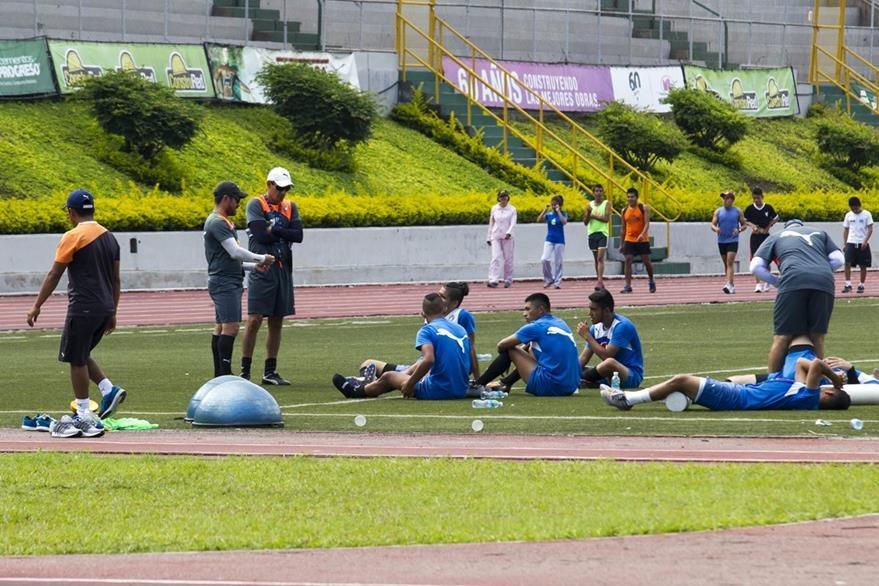 El equipo al finalizar la practica de este lunes. (Foto Prensa Libre: Norvin Mendoza)