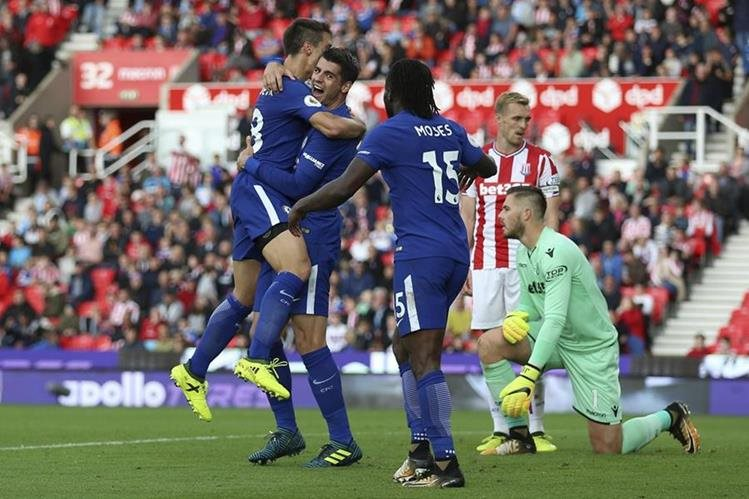 Álvaro Morata celebra con sus compañeros luego de una de sus anotaciones con el Chelsea. (Foto Prensa Libre: AP)