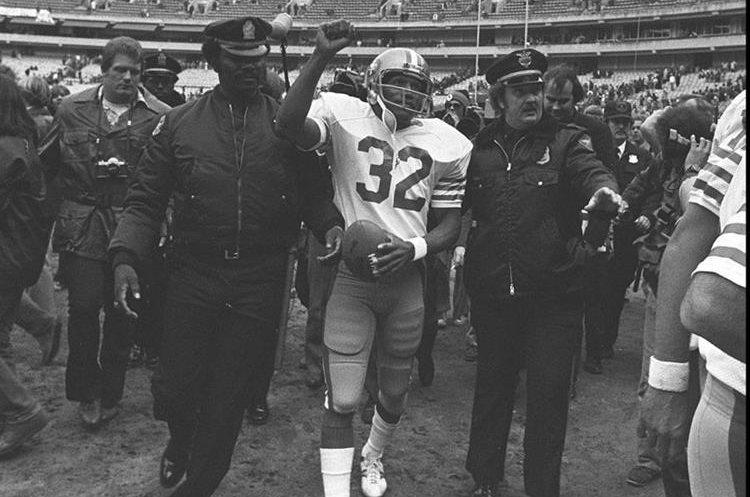 O. J. Simpson se retiró del futbol después de la temporada 1979, más tarde es incluido en el Pro Futbol Hall de Fama y comienzan carreras en la difusión de la actuación y del balompié.  (AP).