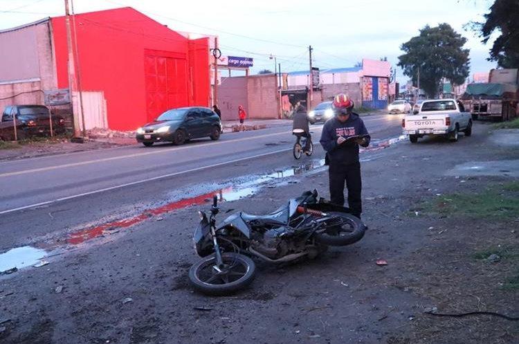 Debido a lo fuerte del impacto, la motocicleta de la pareja quedó a unos 30 metros de donde cayó el piloto y su acompañante, en Chimaltenango. (Foto Prensa Libre: Víctor Chamalé)
