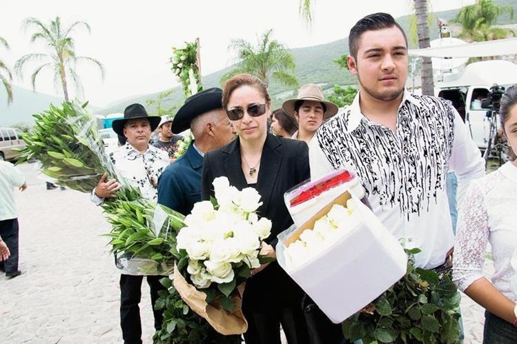 Familiares y amigos hicieron largas filas para rendir tributo al cantautor mexicano. (Foto Prensa Libre, AP)