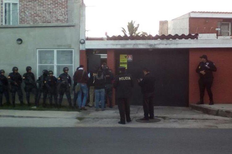 Los operativos son en Guatemala y Sacatepéquez, en busca de evidencia por el cierre del Banco de Comercio. (Foto Prensa Libre: PNC)