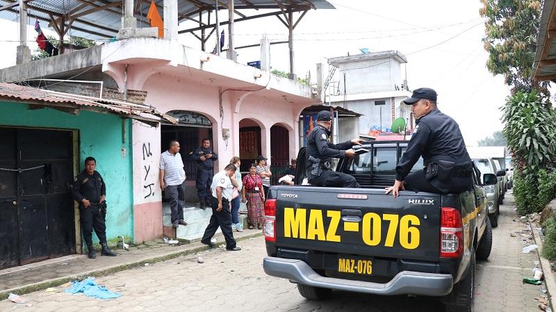 Las autoridades desarrollan allanamientos en los que capturaron a ocho personas en Suchitepéquez. (Foto Prensa Libre: Cristian Icó Soto)