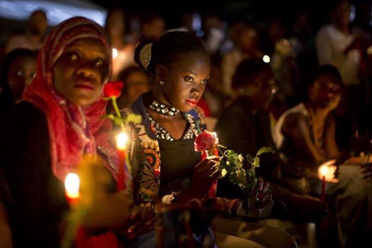 Kenianos sostienen velas en memoria de las víctimas del ataque terrorista a la Universidad Garissa de ese país. (Foto Prensa Libre: AFP).