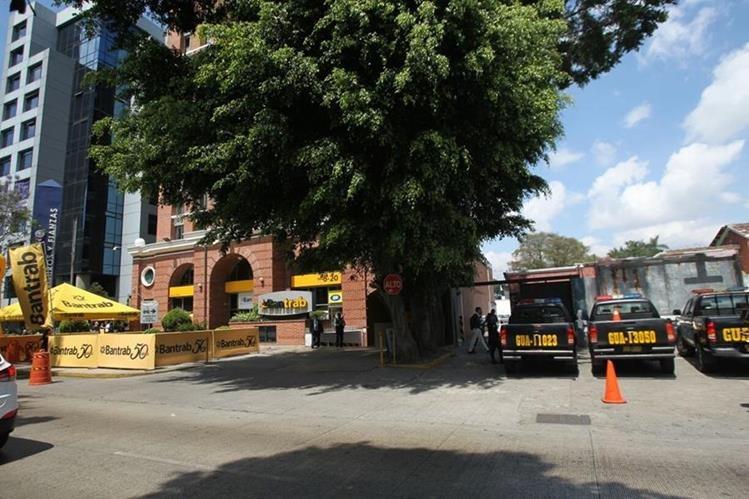 La fiscalía de lavado de dinero del MP dirige un allanamiento en las oficinas de Bantrab, en la zona 9. (Foto Prensa Libre: Érick Avila)
