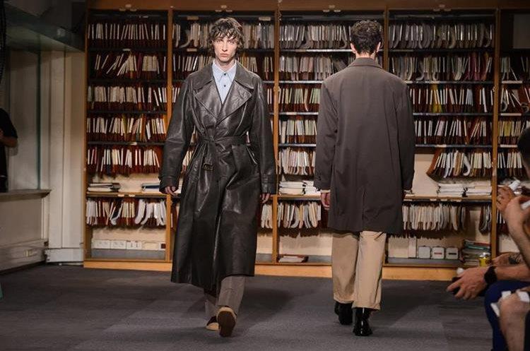 Modelos desfilan con creaciones de la colección para hombres primavera-verano 2018 del diseñador belga Dries Van Noten durante la semana de la moda en París (Foto Prensa Libre: EFE).