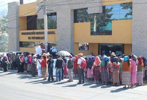 Manifestantes permanecen frente a la gobernación departamental de Totonicapán. (Foto Prensa Libre: Édgar Dominguez).