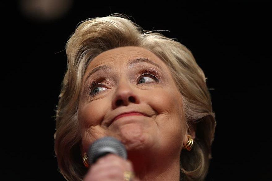 Clinton respondió con una sonrisa a casi todos los ataques de su oponente republicano, aunque en algunos se comportó seria. (Foto Prensa Libre: AFP).