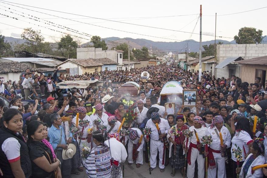 Cientos de pobladores acudieron al sepelio de Ángel Amado Pérez, alcalde de Rabinal, Baja Verapaz, ultimado en ese municipio.(Foto Prensa Libre: Hemeroteca PL)
