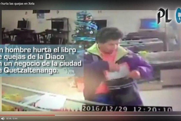 Robo del libro de quejas de un negocio de Xela fue captado por cámaras de seguridad. (Foto Prensa Libre: Cortesía)