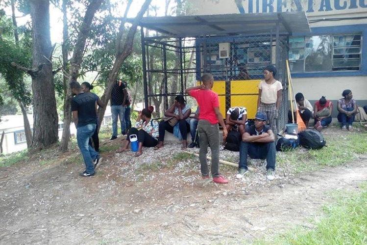 Africanos indocumentados permanecen en un albergue habilitado por autoridades de Migración, en Chiquimula. (Foto Prensa Libre: PNC)