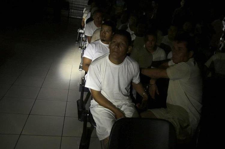 Pandilleros escuchan la audiencia inicial en contra de este grupo en San Salvador, El Salvador. (EFE).