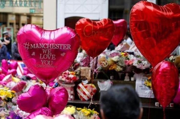 Adolescentes y jóvenes, la mayoría mujeres, estaban entre las víctimas de la explosión que puso de luto a la ciudad del noroeste de Inglaterra. (REUTERS)