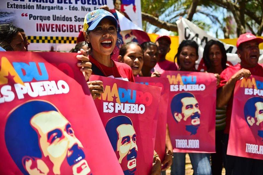 Simpatizantes del presidente Nicolás Maduro muestran su respaldo en la turística ciudad de Porlamar. (Foto Prensa Libre: AFP).