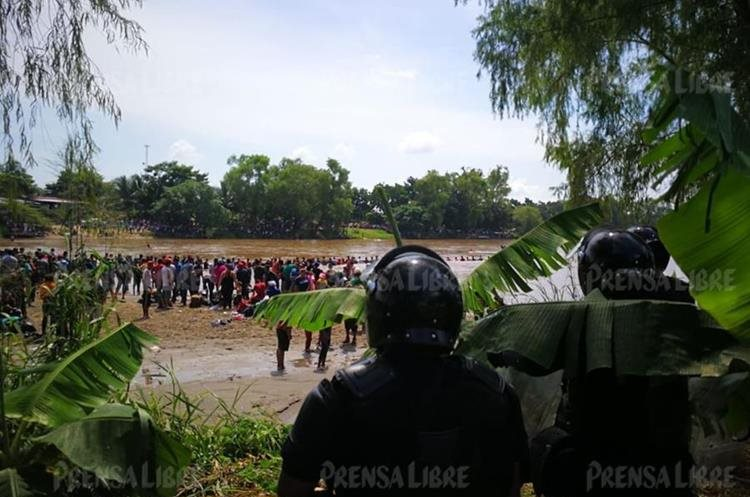 Agentes mexicanos apostados a la orilla del río Suchiate.