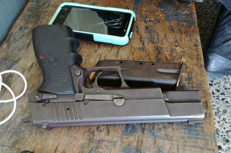 Arma de fuego incautada a los menores de edad. (Foto Prensa Libre: Cristian Icó)