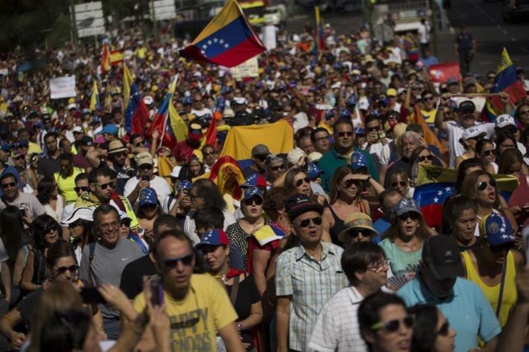 Miles de venezolanos marchan en Madrid, España, para exigir el referendo revocatrio contra Nicolás Maduro. (Foto Prensa Libre: AP).