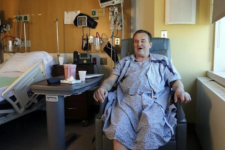 Thomas Manning, espera sonriente en una habitación del hospital de Boston su recuperación y su alta médica. (Foto Prensa Libre: AP).