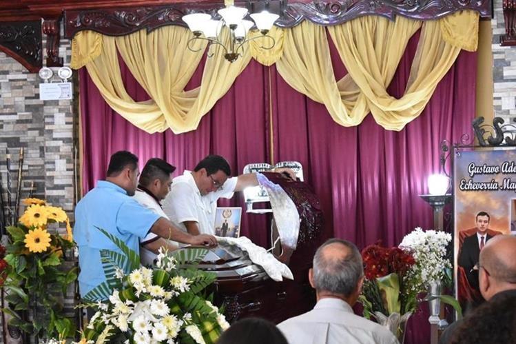 Los restos del exdiputado Gustavo Echeverría son velados en una funeraria de Zacapa. (Foto Prensa Libre: Mario Morales)