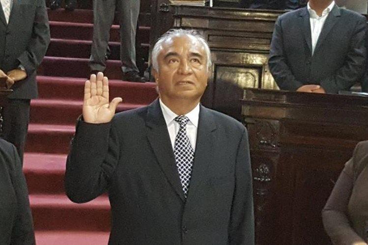 Enrique Álvarez fue juramentado como diputado en sustitución del fallecido legislador Álvaro Velásquez. (Foto Prensa Libre: Jessica Gramajo)
