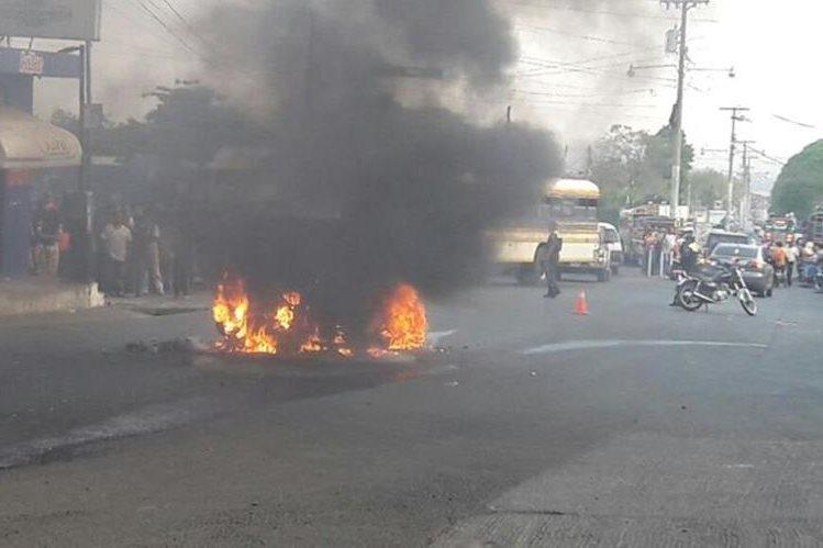 Fuego consume taxi en el que viajaban presuntos extorsionistas, en Chiquimulilla. (Foto Prensa Libre: Oswaldo Cardona).