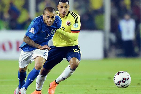 Dani Alves (i), criticó al árbitro del partido contra Colombia. (Foto Prensa Libre: AFP).