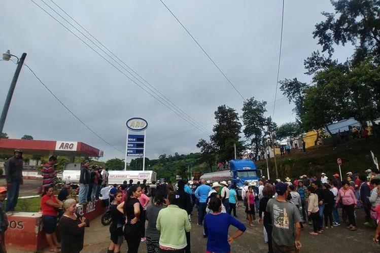 Un grupo de vecinos de Casillas, Santa Rosa, bloquea el paso de camiones que se dirigen a la Mina San Rafael. (Foto Prensa Libre: Cortesía)