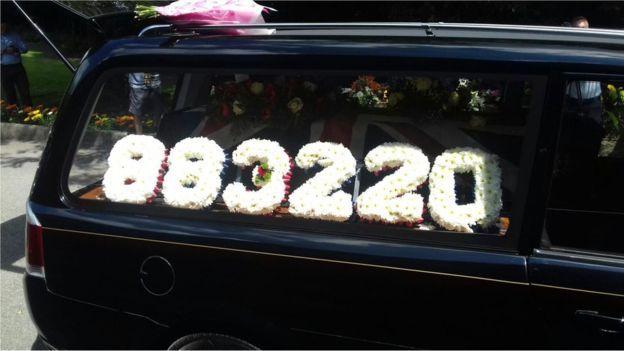 Los adornos florales compusieron el número de Cooney como soldado.