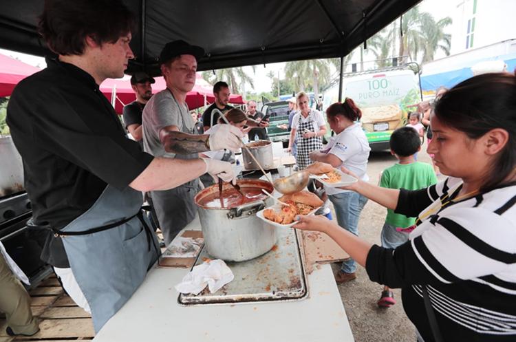 A los chefs les tomó tres horas preparar las 800 raciones de comida. (Foto Prensa Libre: Álvaro Interiano).