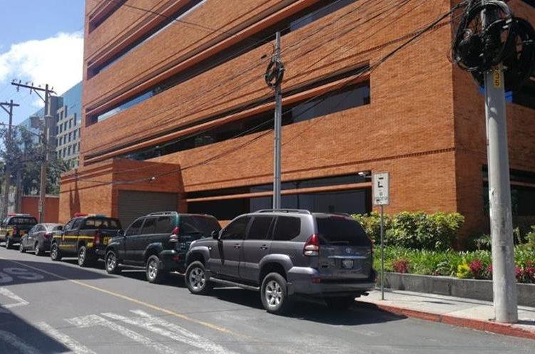 En estas oficinas se efectúa otro allanamiento relacionado con el caso Caja de Pandora. (Foto Prensa Libre: Erick Avila)