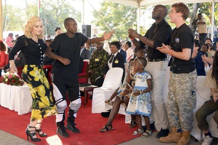 Madonna bailó de alegría durante la inauguración del hospital. (Foto Prensa Libre: AP)