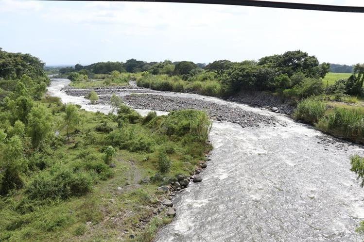 Río Guacalate es uno de los afluentes de la Costa Sur que son explotados por la Agroindustria. (Foto Prensa Libre: Enrique Paredes)