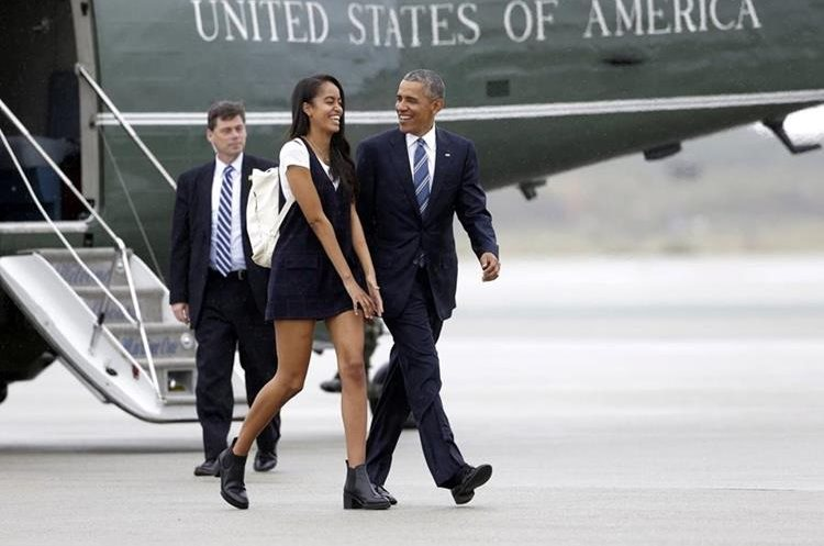 President Barack Obama and his daughter Malia leave Marine One and head for Air Force One at Los Angeles International Airport, enroute to San Francisco in the middle of a two-day fundraising swing through California Friday, April 8, 2016. (AP Photo/Nick Ut)