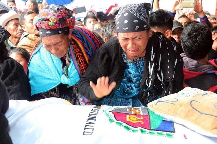 Julia González, madre de Claudia Gómez González, llora frente al féretro de su hija, mientras recibe condolencias de familiares y amigos en La Unión Los Mendoza, aldea de San Juan Ostuncalco. (Foto Prensa Libre: Carlos Ventura)